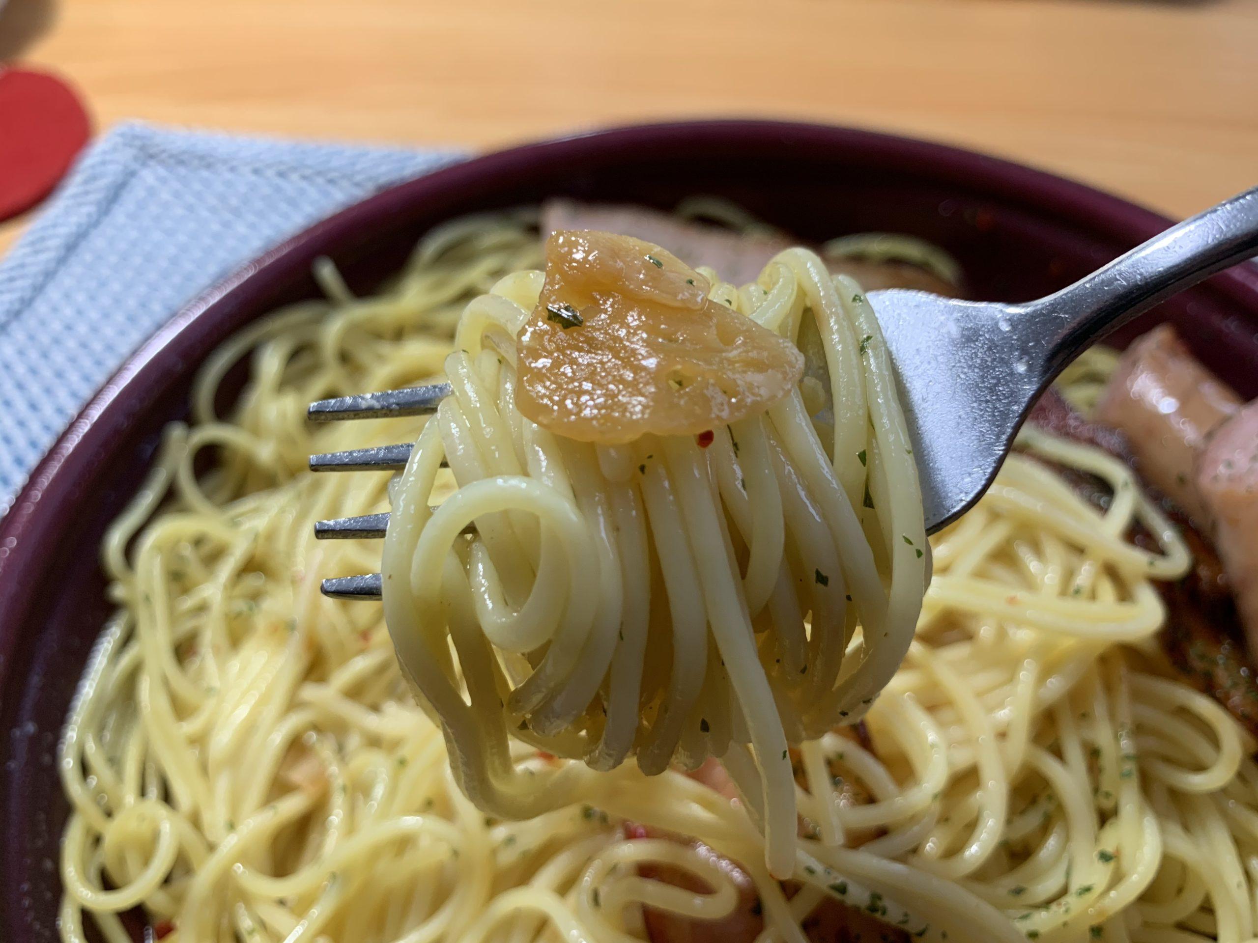 ソーセージとベーコンの大盛りペペロンチーノの麺とニンニク