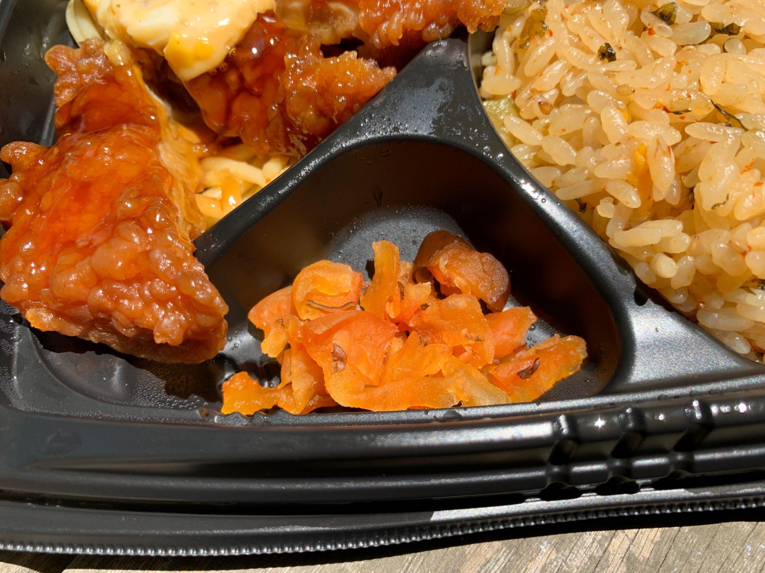 高菜炒飯とチキン南蛮弁当の漬物