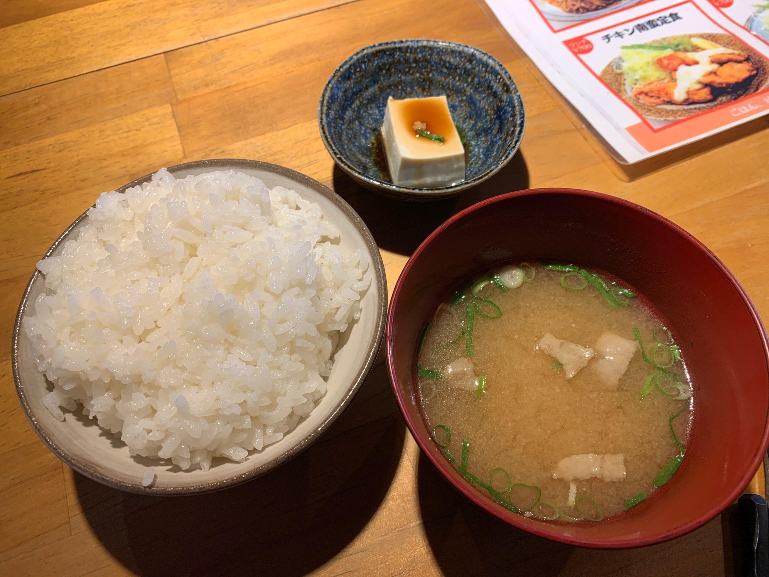 白ご飯と味噌汁と豆腐
