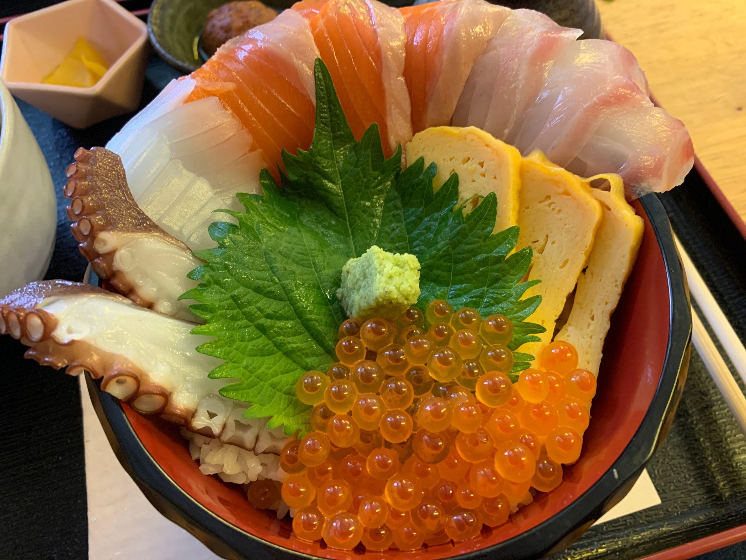 栄鮮魚の海鮮丼の具材