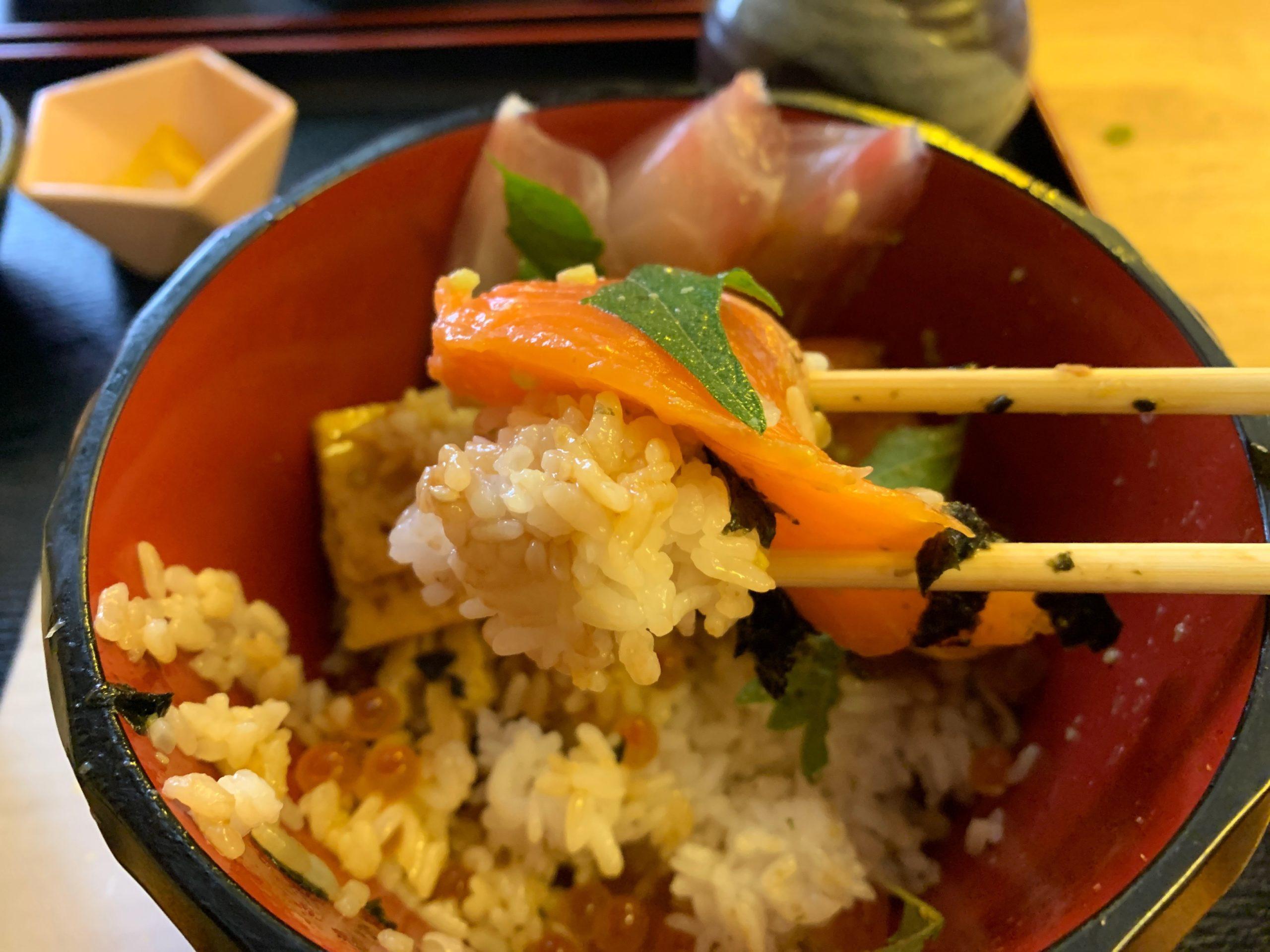 栄鮮魚の海鮮丼の一口