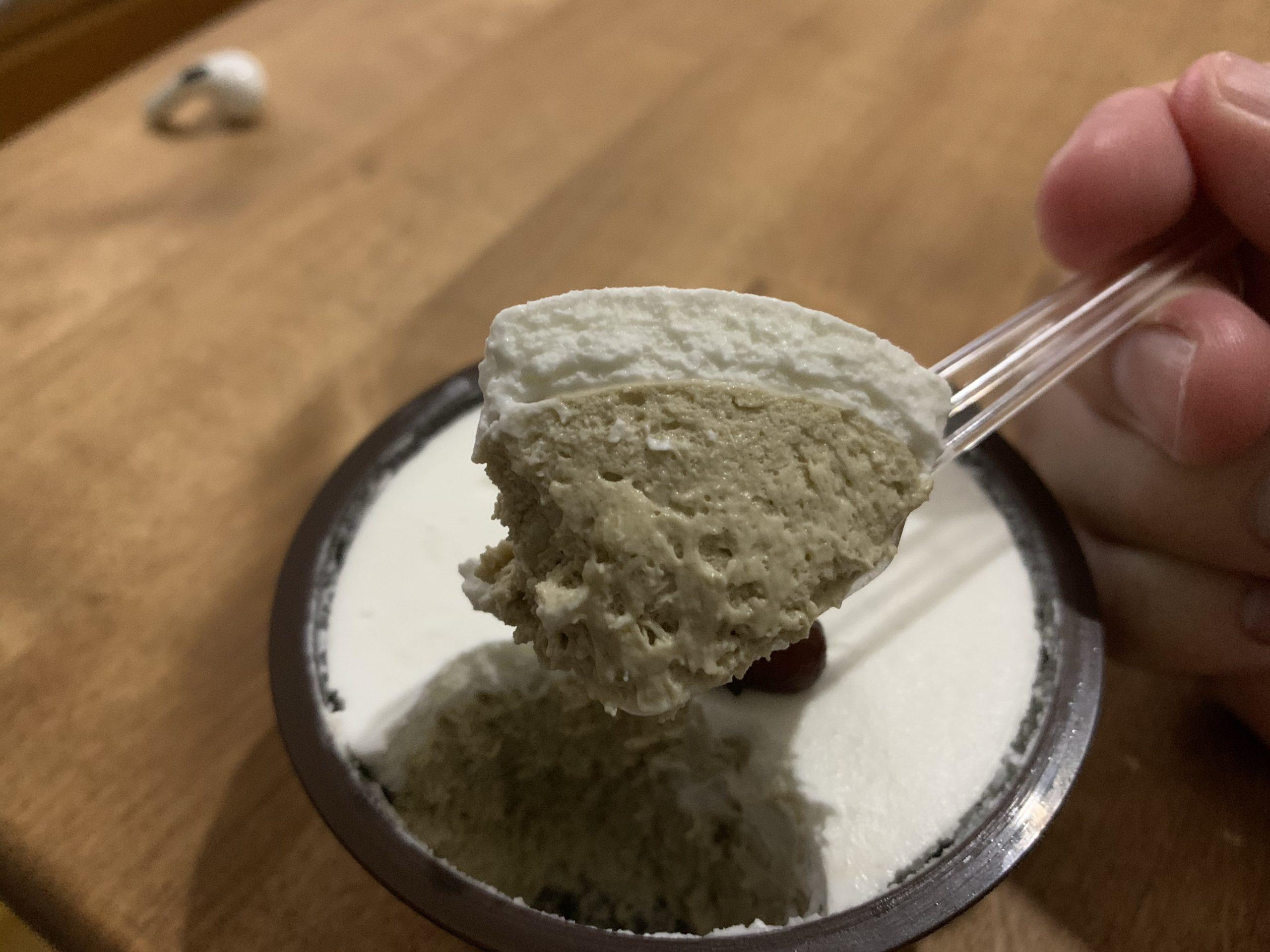 お茶村本店のほうじ茶レアチーズの断面