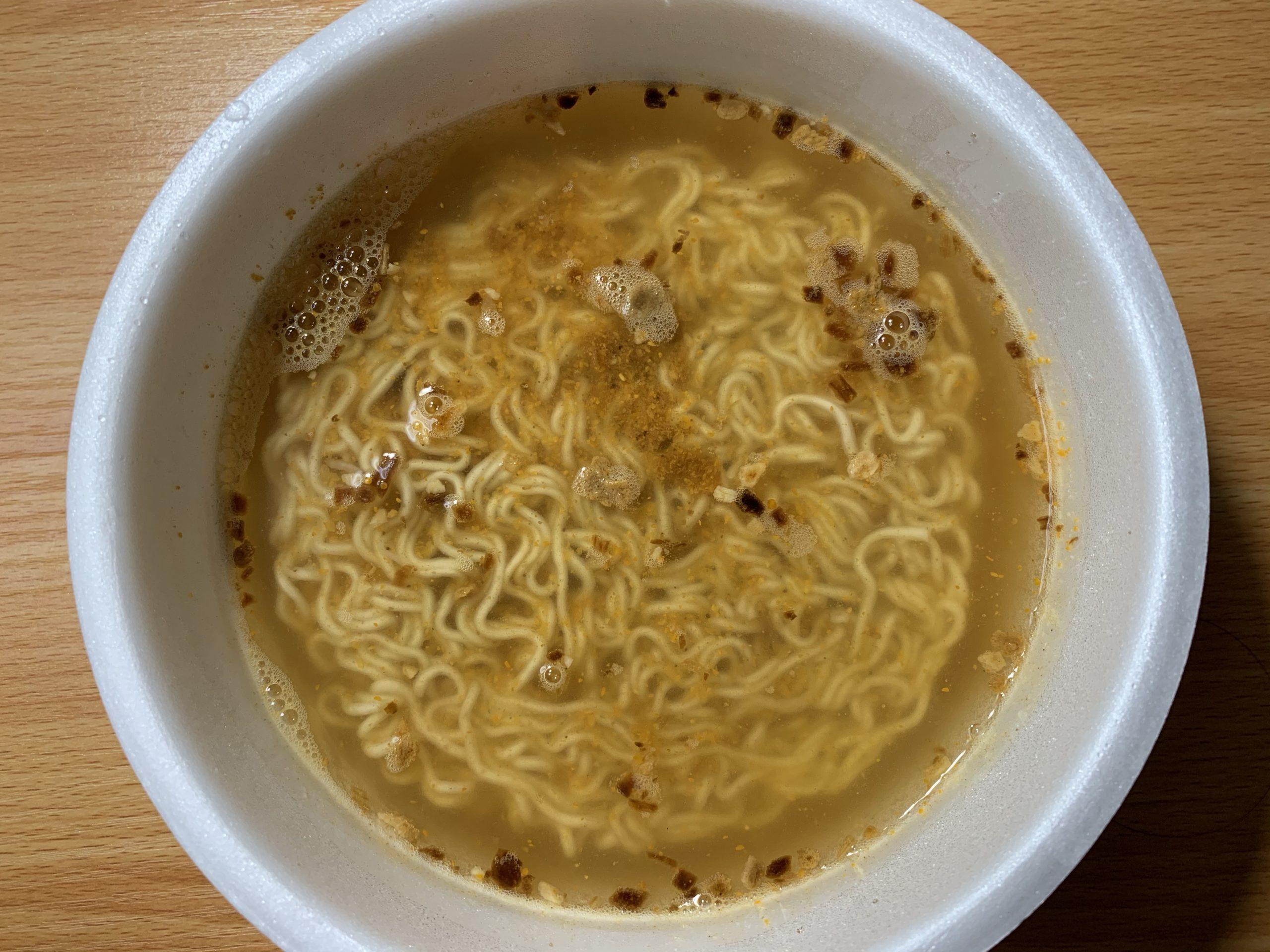 麺や兼虎カップ麺のお湯を入れた写真