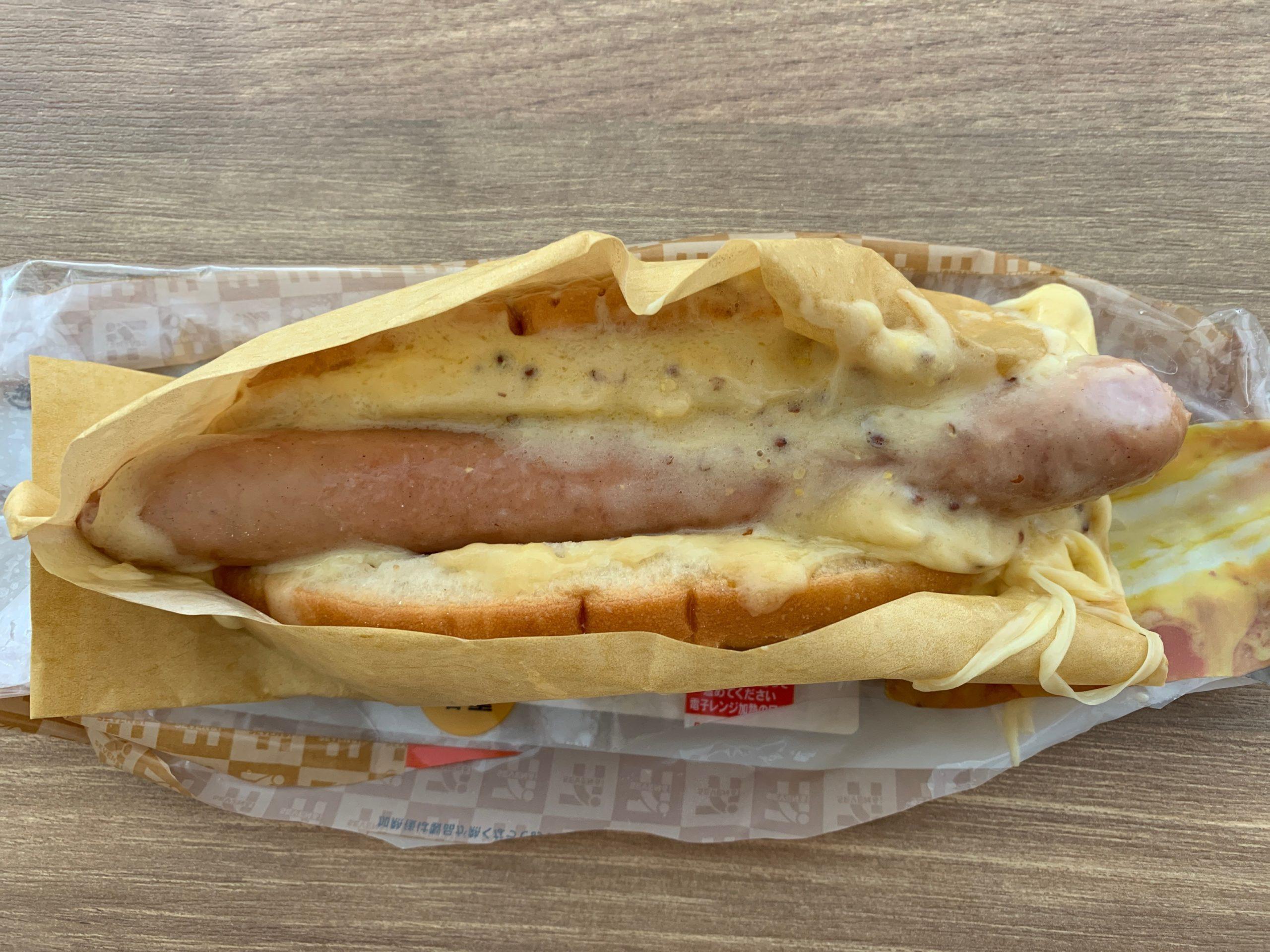 セブンイレブンのチーズチーズチーズホットドッグ