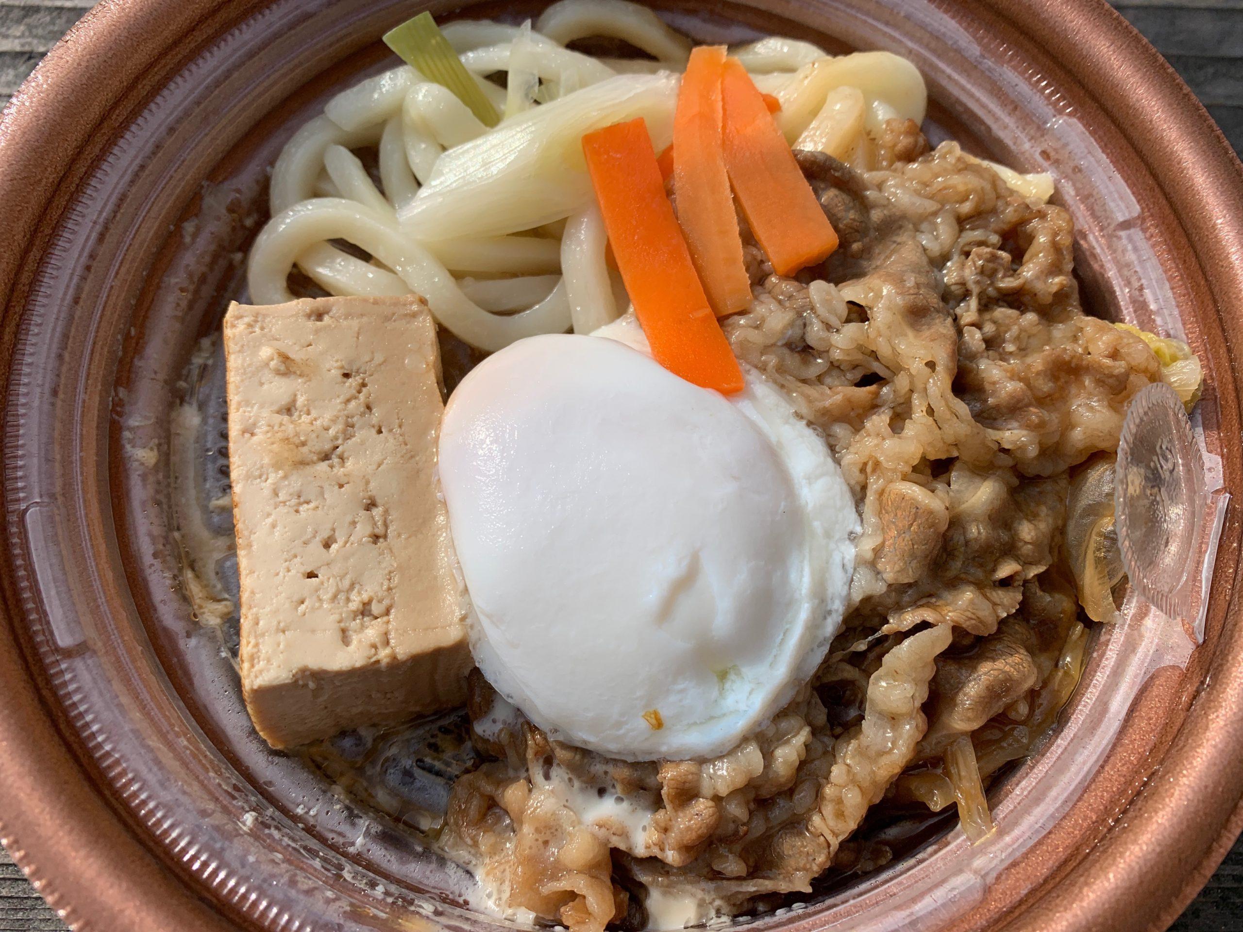 玉子を添えた特製牛すき鍋の具材