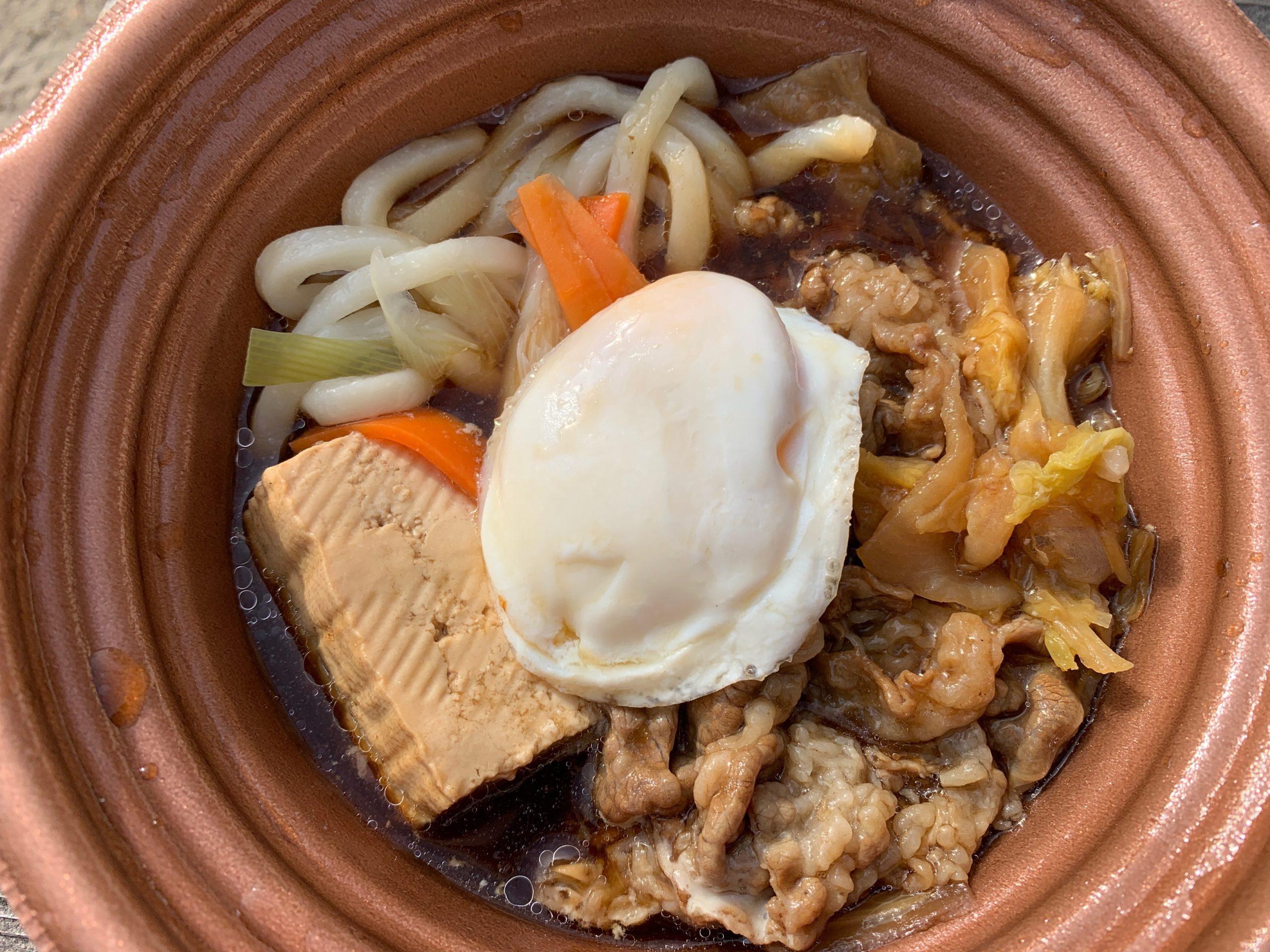 玉子を添えた特製牛すき鍋