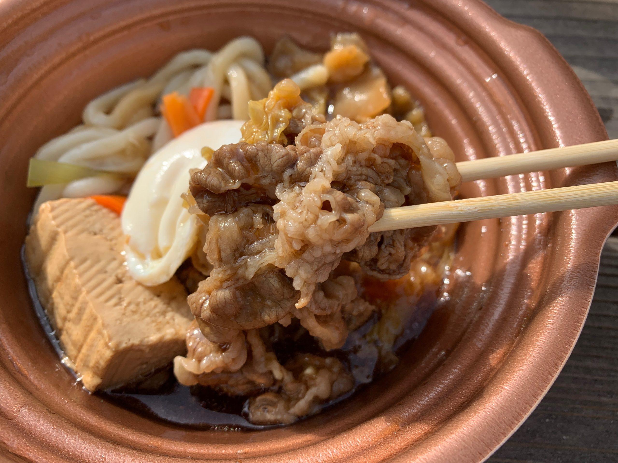 玉子を添えた特製牛すき鍋の牛肉