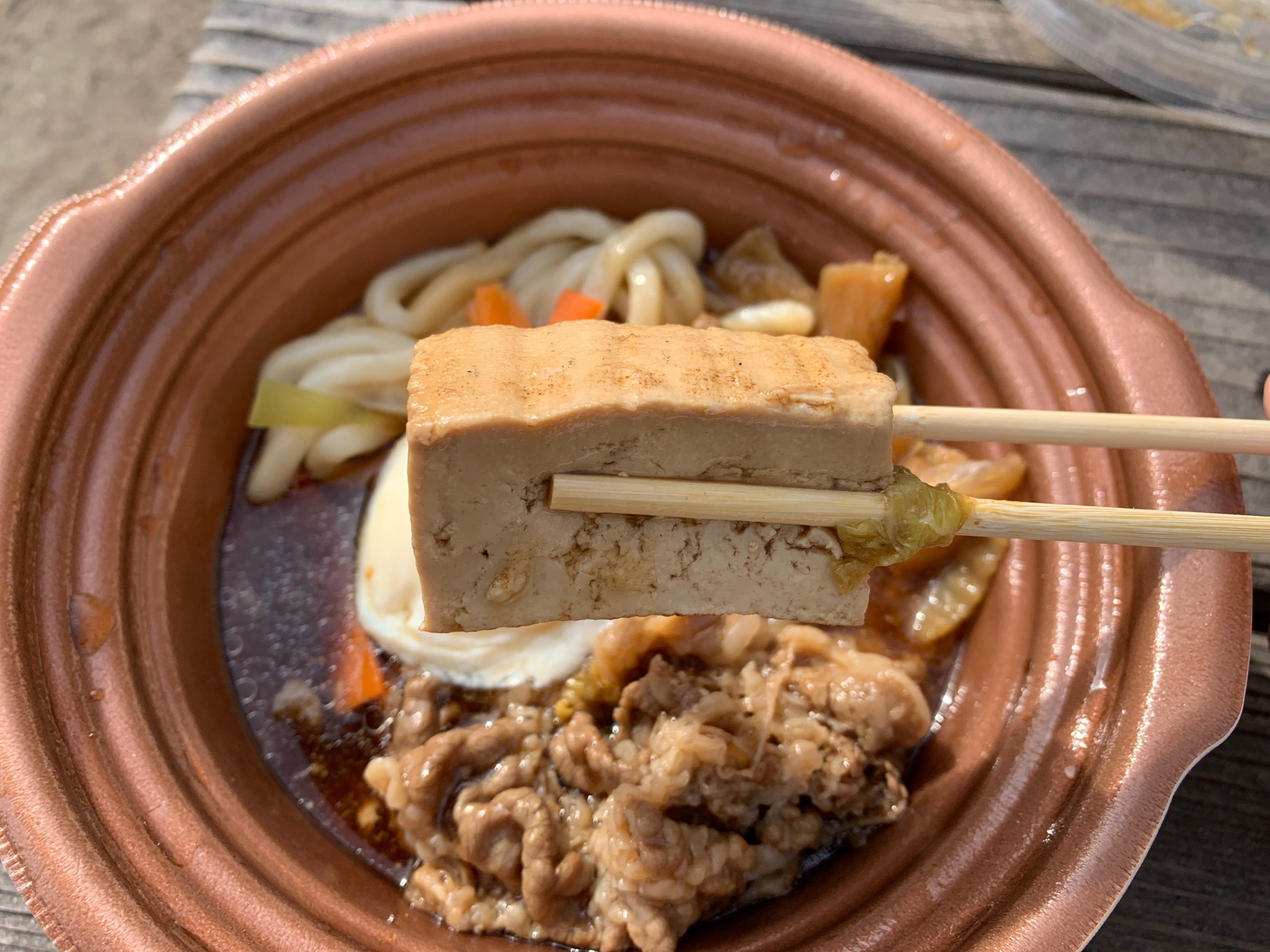 玉子を添えた特製牛すき鍋の豆腐