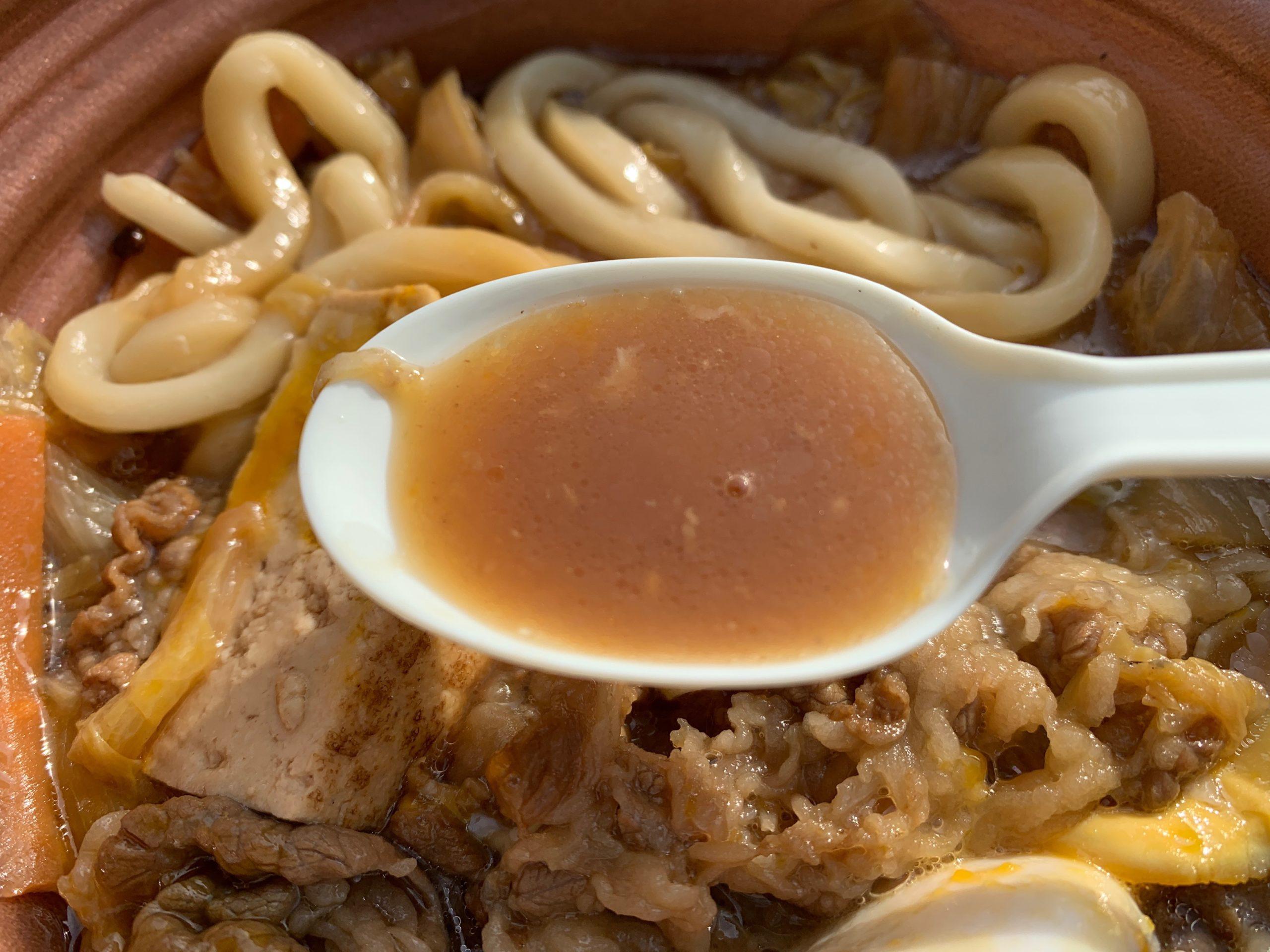 玉子を添えた特製牛すき鍋のスープ