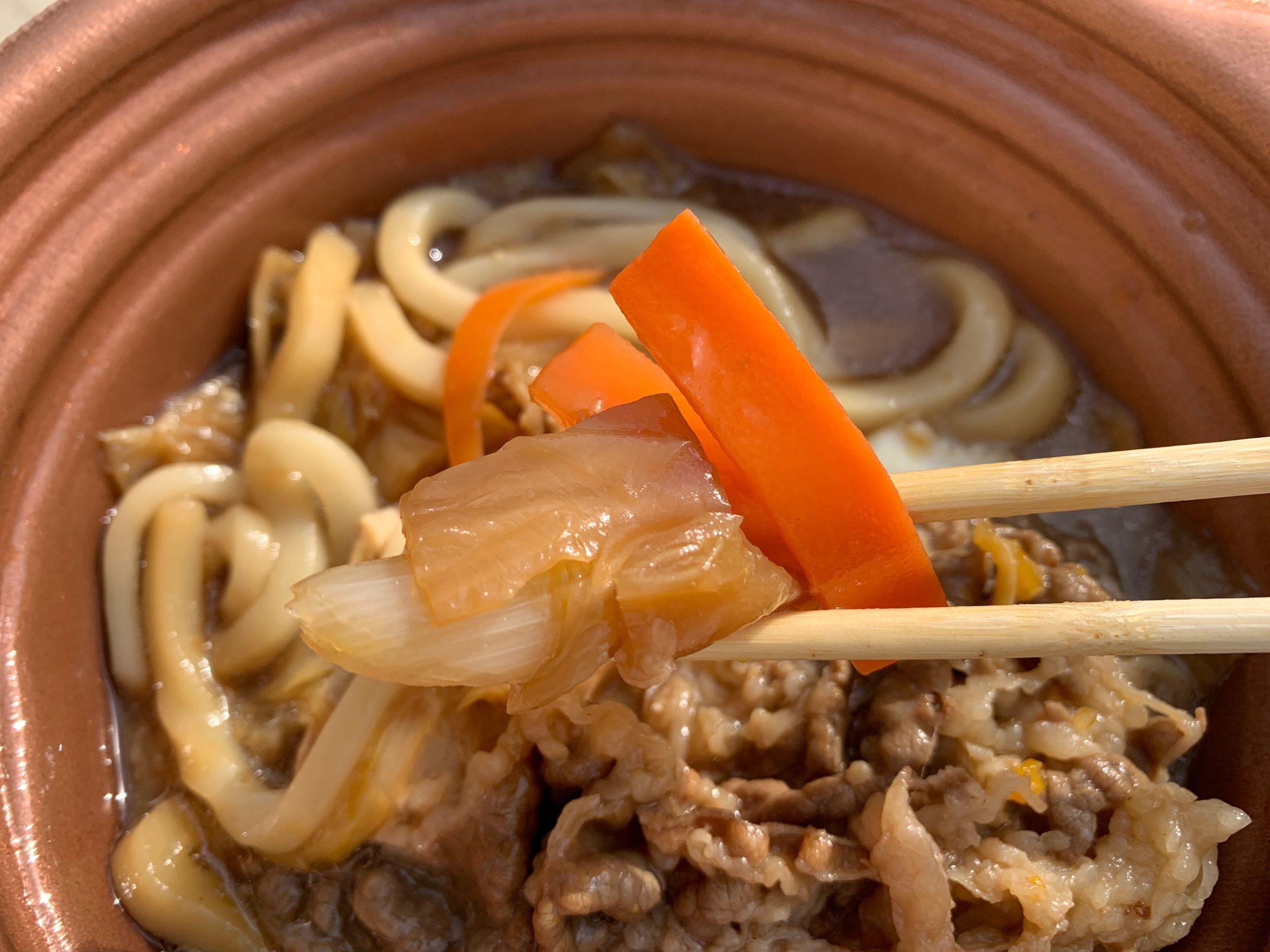 玉子を添えた特製牛すき鍋の野菜
